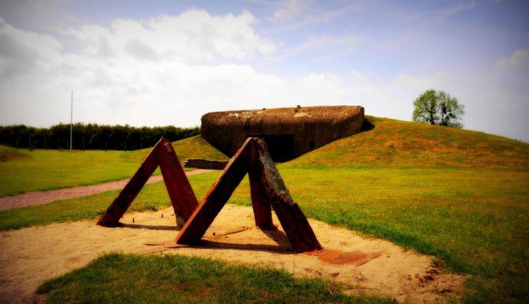 Panzersperren aus dem 2. Weltkrieg auf der Artilleriebatterie von Merville
