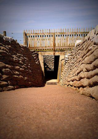Durchgang mit Sandsäcken in der Artilleriebatterie von Merville