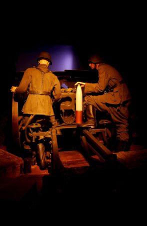 Deutsche Soldaten an einem Geschütz in der Artilleriebatterie von Merville