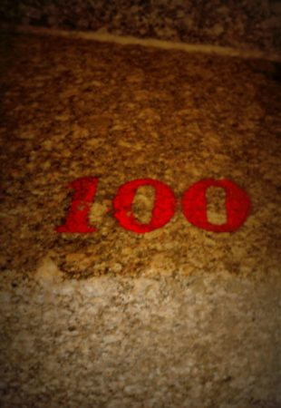 Treppenstufe mit der Nummer 100