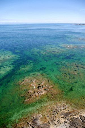 Meer mit flachen Felsen