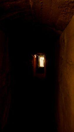 Dunkler Tunnel in einem Bunker aus dem 2. Weltkrieg