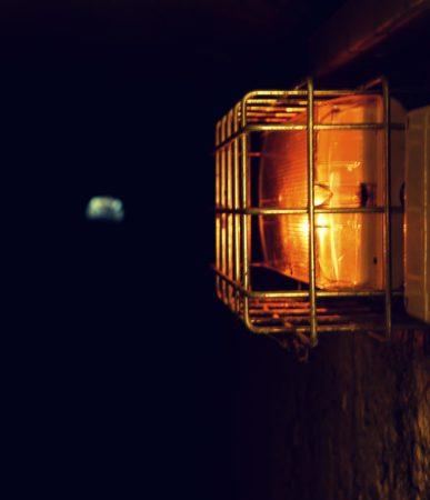 Beleuchtung in einem Tunnel aus dem 2. Weltkrieg