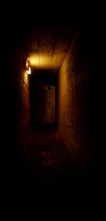 Beleuchteter Tunnel in einem Bunker aus dem 2. Weltkrieg