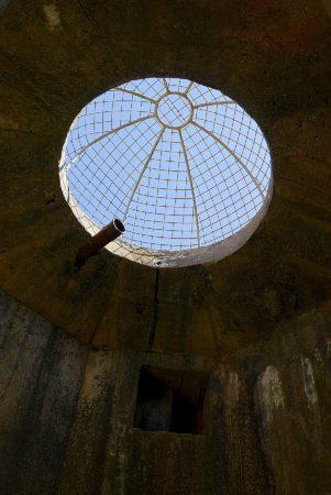 Beobachtungsposten mit Granantenschutzgitter in einem Bunker aus dem 2. Weltkrieg