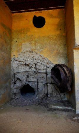 Loch von einem Granateneinschlag in einem Bunker aus dem 2. Weltkrieg