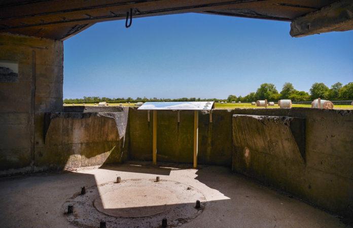 Geschützstellung in einem Bunker aus dem 2. Weltkrieg