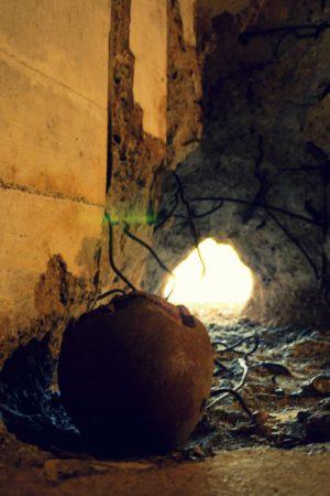 Reste einer eingeschlagenen Granate in einem Bunker aus dem 2. Weltkrieg