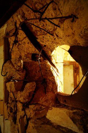 Zerstörte Bunkerwand in einem Bunker aus dem 2. Weltkrieg