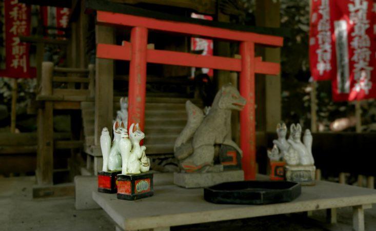 Japanischer Schrein mit Tierfiguren