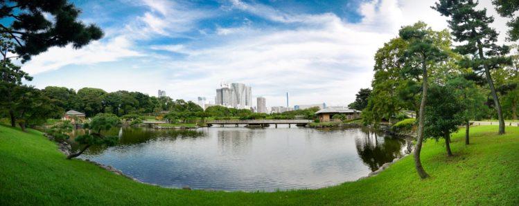 Teich in einem japanischen Garten mit Skyline von Tokio