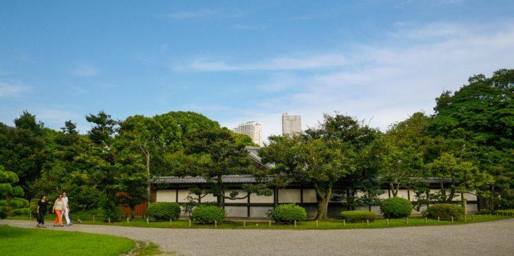 Japanisches Holzhaus im japanischen Garten