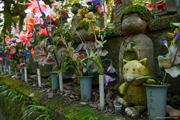 Jizo Statuen im Zōjō-ji Tempel mit grünen Moosmützen