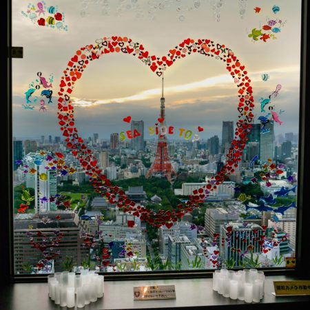 Tokyo Tower mit Herz am Fenster