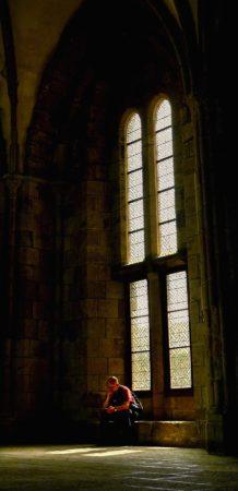Saal mit einem hohen Doppelfenster in der Abtei Mont-Saint-Michel