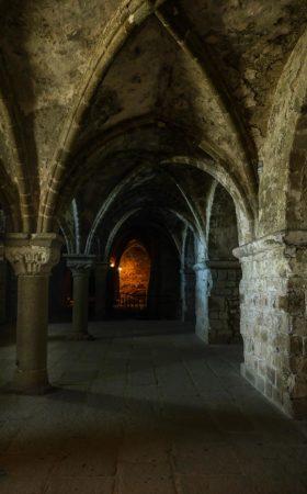 Gewölbe mit Rundbögen in der Abtei Mont-Saint-Michel