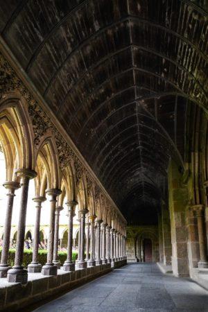Gang an den Gärten der Abtei Mont-Saint-Michel