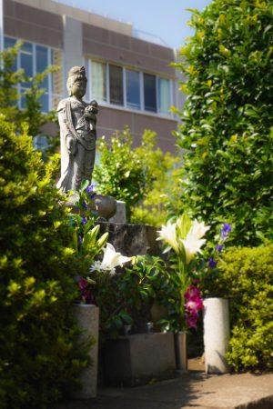Grabfigur auf dem Aoyama Friedhof in Tokio