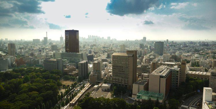 Aussichtsplattform Civic Center - Skyline Tokio mit Blick auf einen Wolkenkratzer
