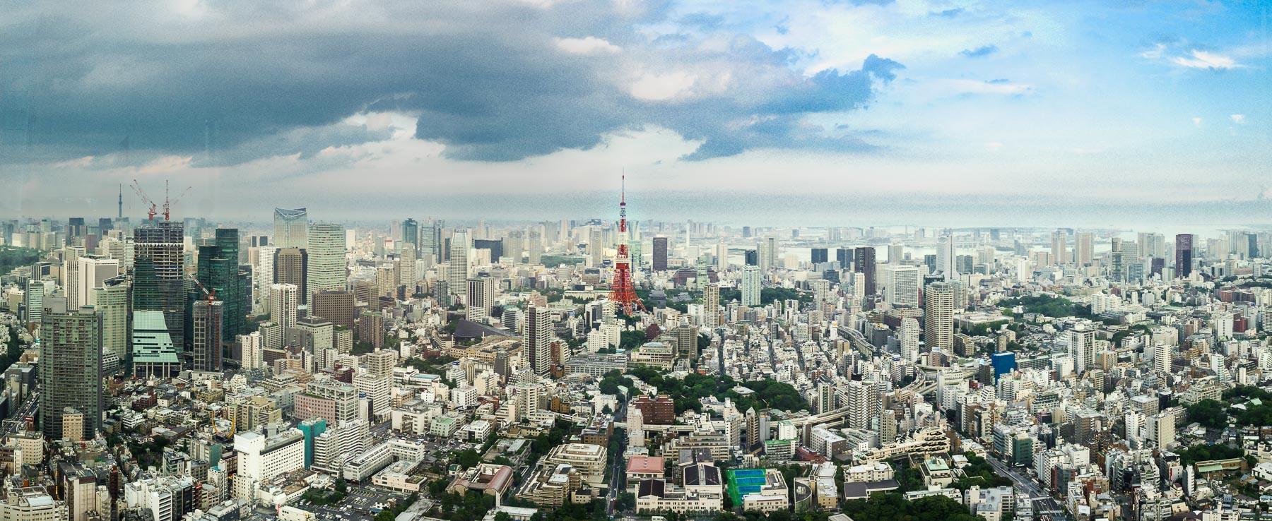 Skyline von Tokio mit Tokyo Tower am Tag