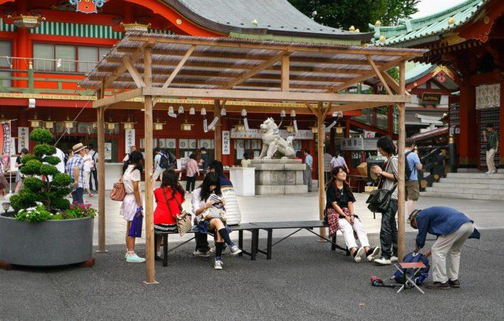 Überdachte Sitzbänke im Kanda Myojin Schrein