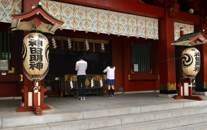 Bettende im Kanda Myojin Schrein in Akihabara