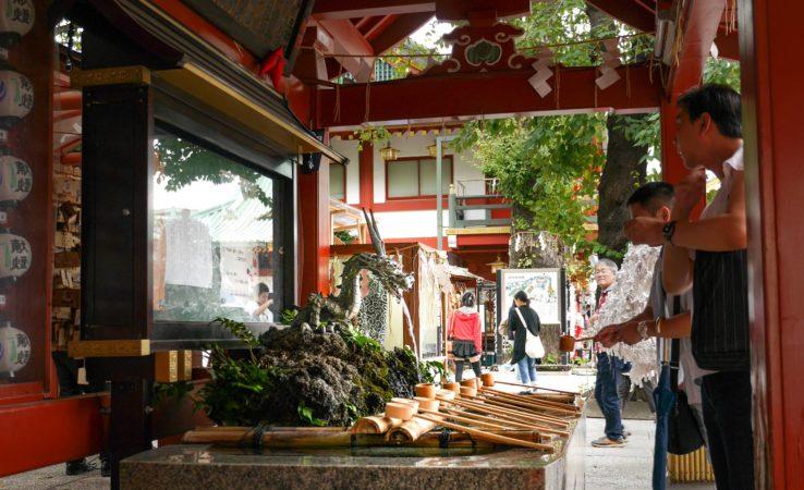 Brunnen mit Drachen im Kanda Myojin Schrein