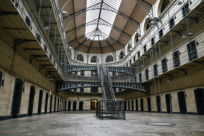 Lichthof mit Gefängniszellen im Kilmainham Gefängnis in Dublin