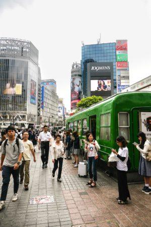 Alter U-Bahn Wagen an der Kreuzung Shibuya 109 in Tokio