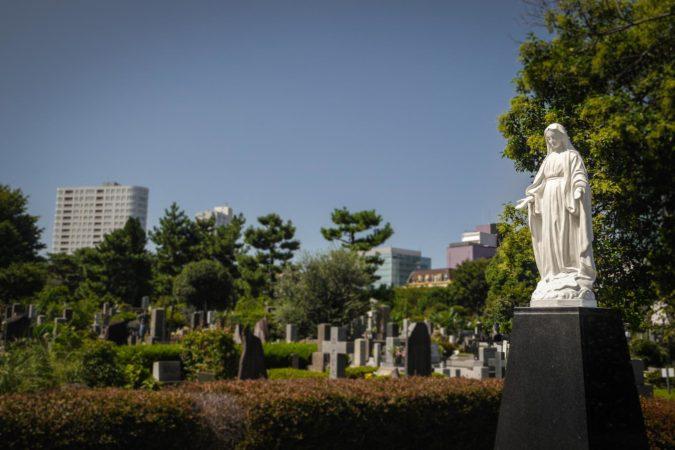 Christliches Grab auf dem Aoyama Friedhof in Tokio