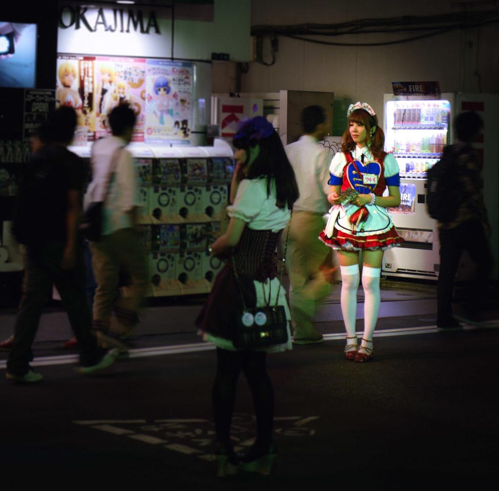 Maid bei Nacht vor Getränkeautomat in Akihabara