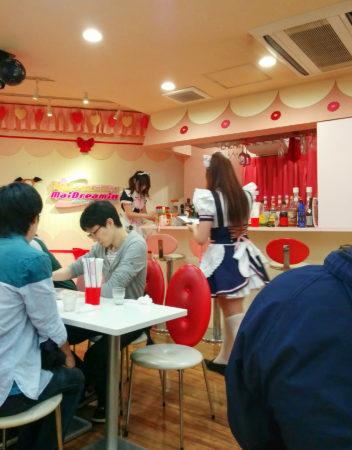 Maids in einem Maidcafe an einer Bar