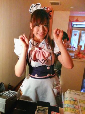 Lächelte Maid in einem Maidcafe