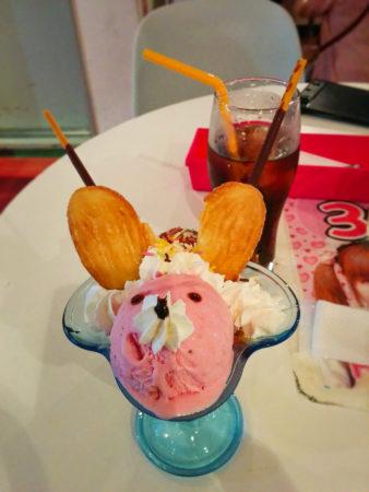 Eisbecher in Form einer Maus mit Erdbeereis