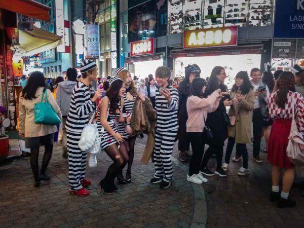 Mädchen und Jungen in Häftlingskostümen