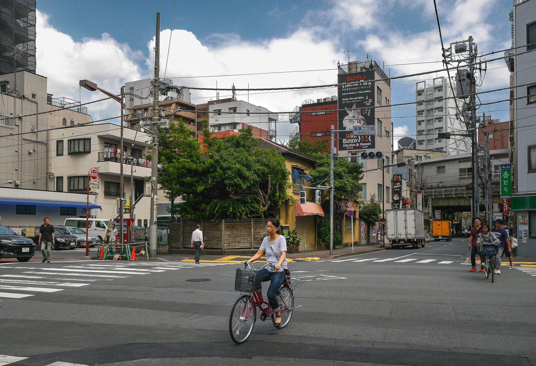 Kreuzung mit Frau auf Fahrrad