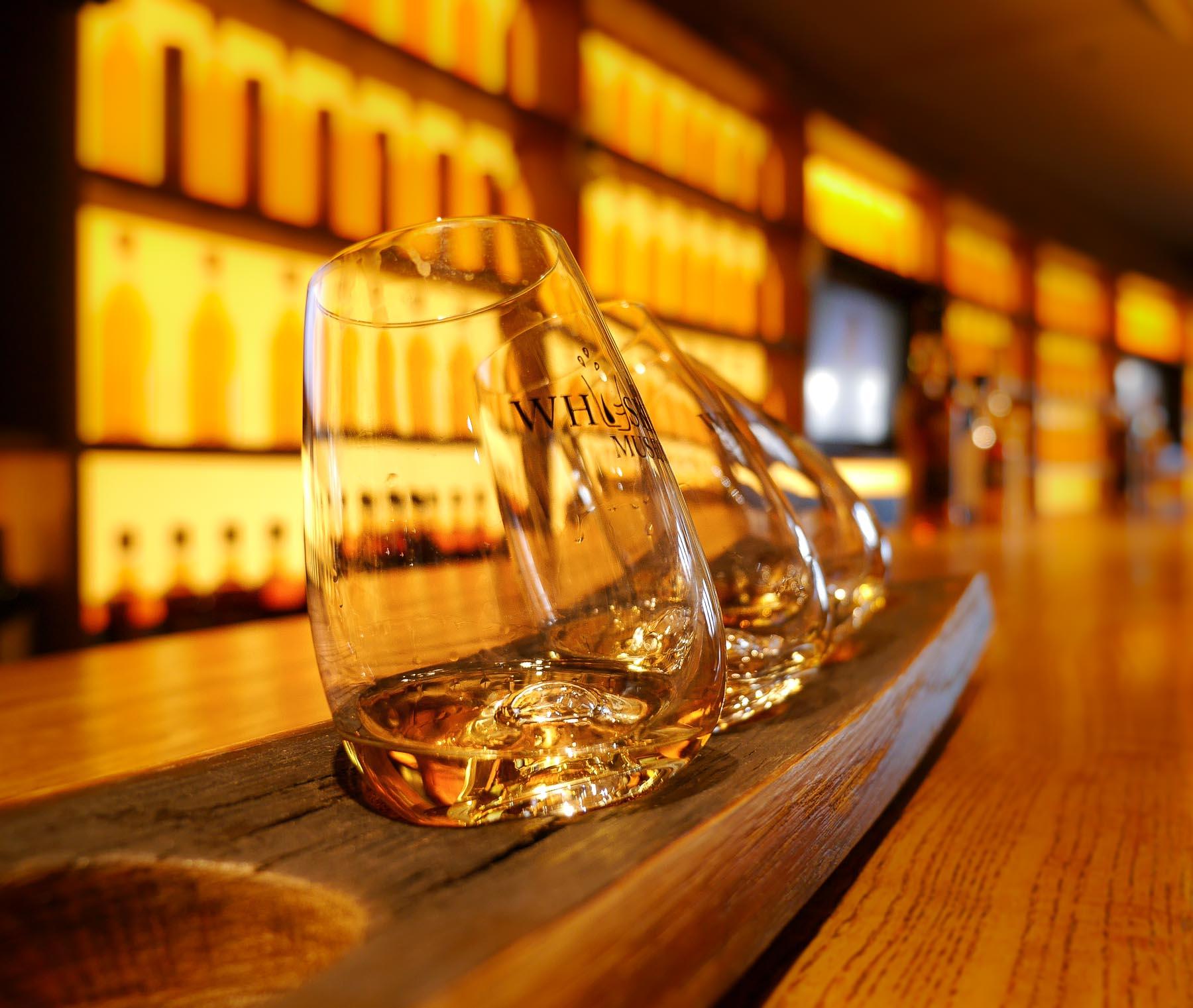 Whiskeygläser auf Thresen