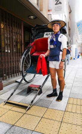 Rikschafahrer mit Rikscha in Tokio