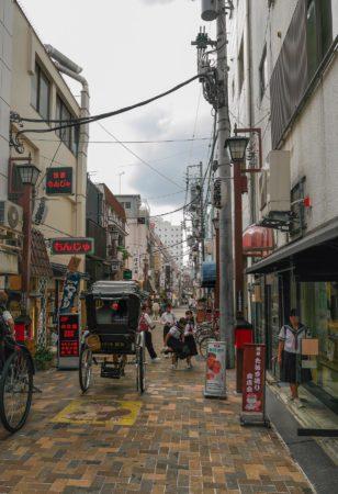 Rikscha in einer schmalen Straße in Asakusa