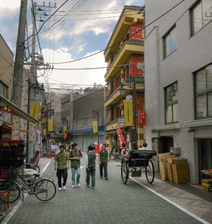Rikscha vor einem bunten Haus in Asakusa