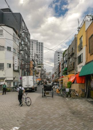Rikscha in einer Straße in Asakusa