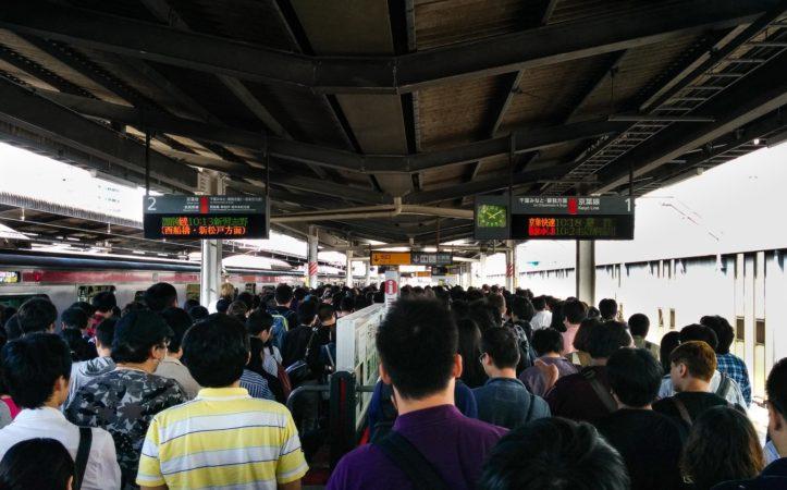 Menschenmassen auf einem Bahnsteig in Tokio