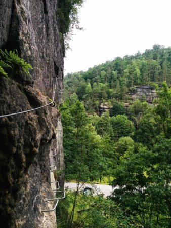Stahlseil und Eisentritte an Felswand