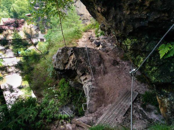 Eisenbrücke, Eisentritte und Stahlseil am Klettersteig