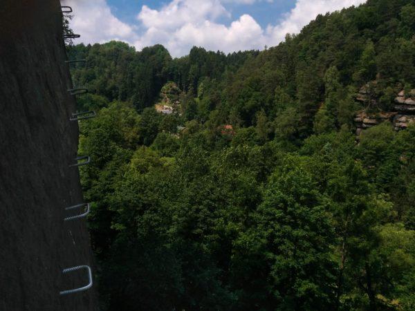 Eisen im Klettersteig mit Blick in grünes Tal