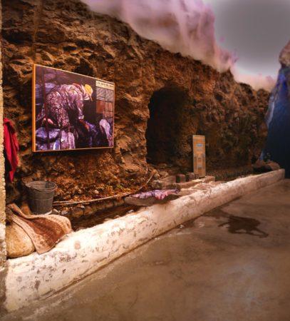 künstlicher Wasserlauf in Museum mit Bild einer Frau die Wäsche wäscht