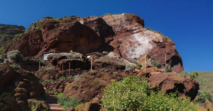 Fels mit Wohnungen in den Felsen