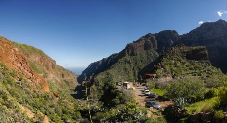 Panorama von einem Barranco mit einer Gaststätte und parkenden Autos auf einem Felsen