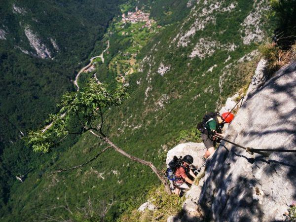2 Bergsteiger an einem Klettersteig am Gardasee
