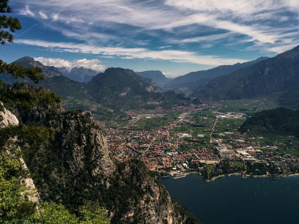Blick Riva del Garda von Gipfel mit Bergen im Hintergrund